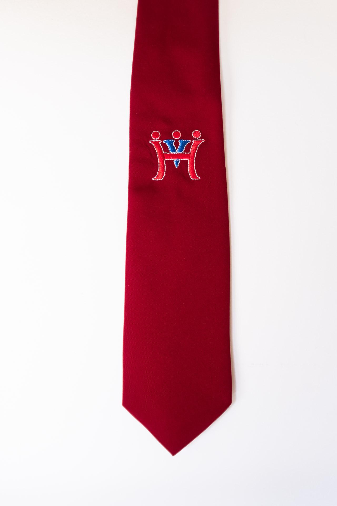 52b1de9a74 Hímzett iskolai emblémás bordó férfi ballagási egyen nyakkendő