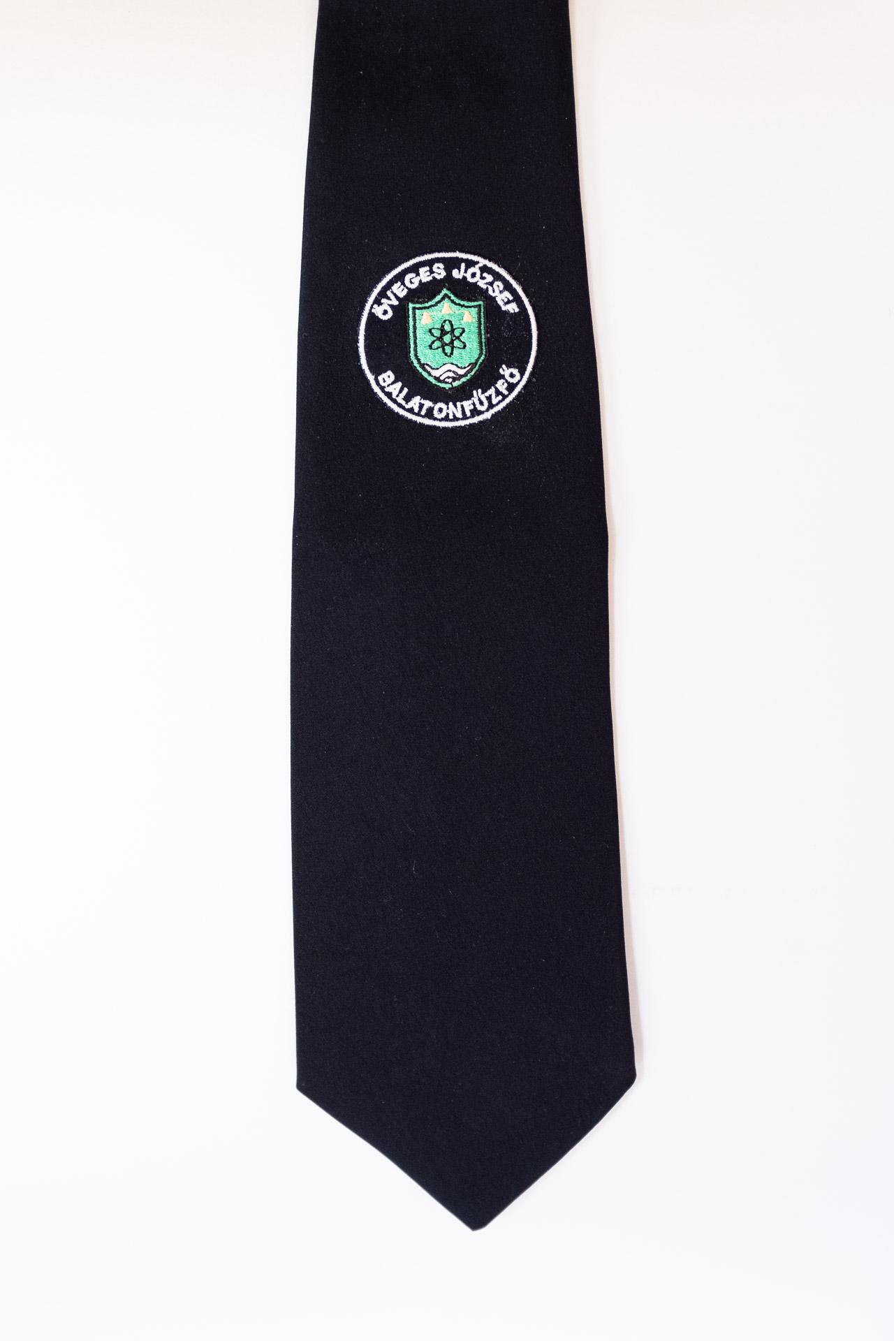 519dafc902 Hímzett iskolai emblémás sötétkék férfi ballagási egyen nyakkendő